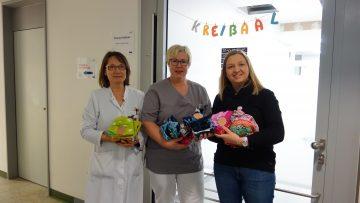 Übergabe an Oberärztin Dr. Sabine Berghof und Dr. Gabi Stolz des kkm