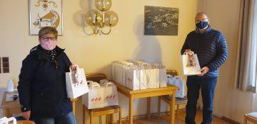 Beigeordnete Michaela Nagel und Ortsbürgermeister Steffan Haub mit den Weihnachtspäckchen für die Lörzweiler Seniorinnen und Senioren