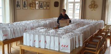 Vorbereitete Weihnachtspäckchen für die Lörzweiler Seniorinnen und Senioren