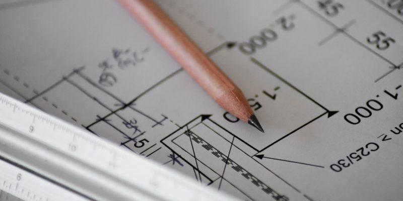 Bleistift und Bauplan (Symbolbild)